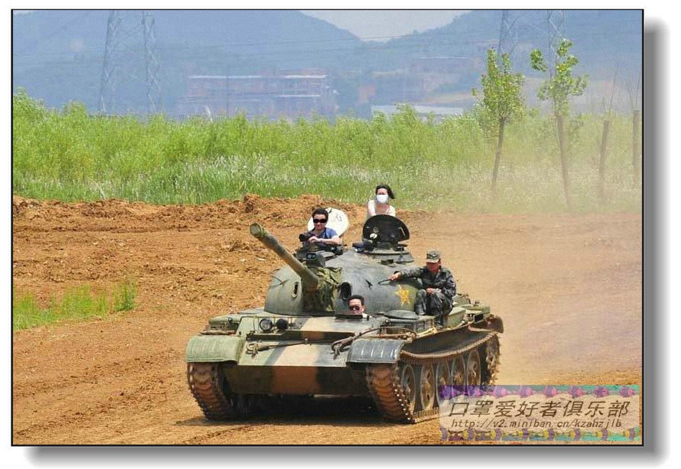乘坐坦克兜风的军嫂-1