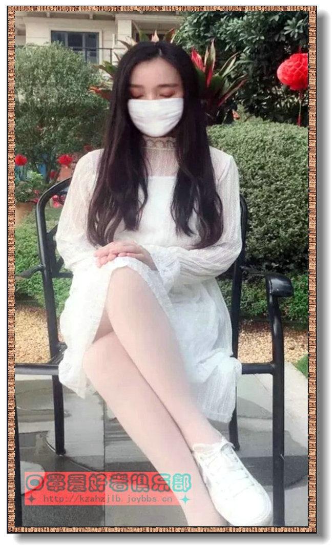 【原创】坐在花园里的美女